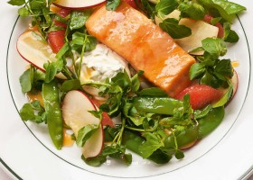 Baked salmon with apple
