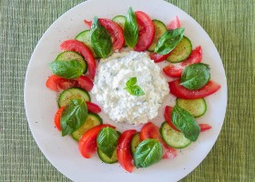 Meatless Monday Herbed Cottage Cheese Caprese-style Salad